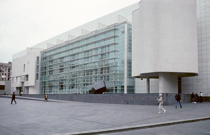 Museum of contemporary art macba barcelona by richard meier for Richard meier architetto